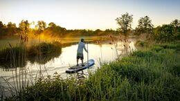 Stand Up Paddling im Sonnenuntergang